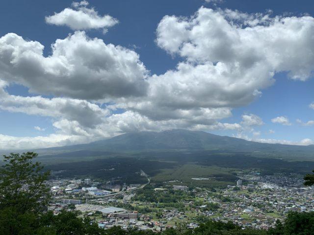 雲で隠れて見えない富士山